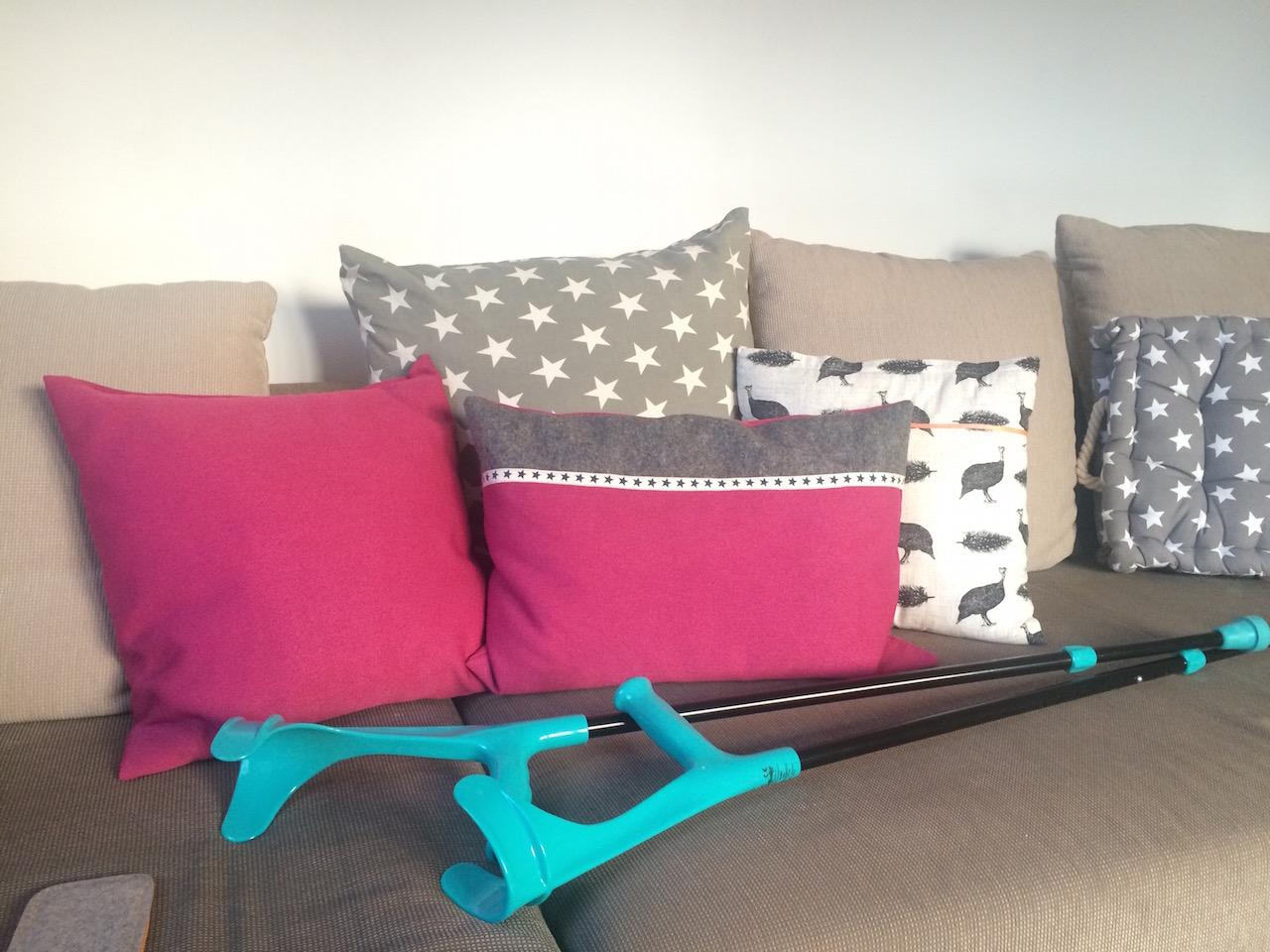 Couch und Krücken - immerhin in stylischem Türkis, das perfekt zu meinem Anorack passte