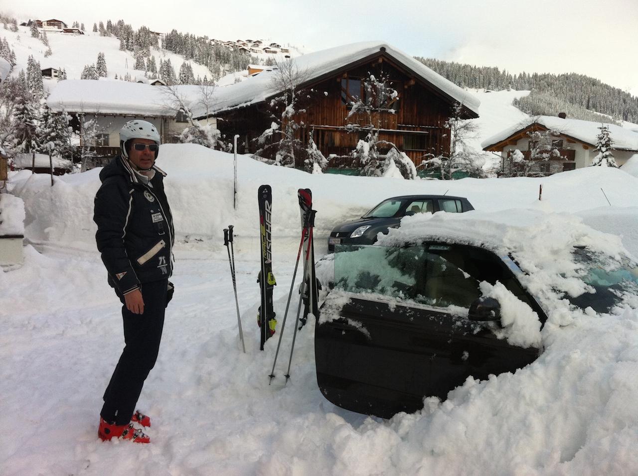 Auch das pasiert immer noch: eingeschneit am Arlberg. Damals noch mit meinem Mann.